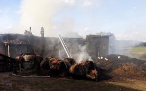 Z dymem wraz ze stodołą poszły również słoma, siano i ziarno, Foto: KP PSP Szczytno