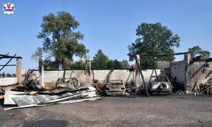 W pożarze na terenie gminy Rokitno, w powiecie bialskim (woj. lubelskie) spłonęły m.in. 3 samochody, ciągnik i przyczepy, Foto: Policja