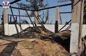 Budynek spłonął prawie doszczętnie, wraz ze składowanym ziarnem, Foto: Policja