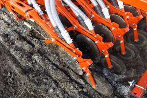 Za pomocą dwutalerzowych redlic z kółkami kopiującymi można wysiewać nawóz i nasiona w jednym przejeździe