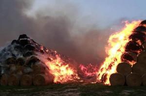 Wieczorem ogień przeniósł sie na kolejne sterty, Foto: OSP Węgry