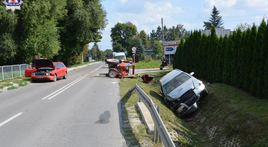 Dwa samochody uderzyły w ciągnik, rolnik w szpitalu
