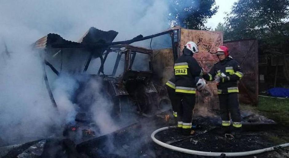 Spłonął budynek gospodarczy razem z traktorem i maszynami