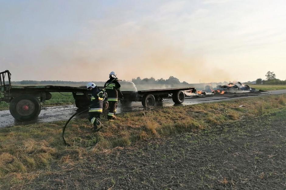 Słoma transportowana na przyczepach spłonęła doszczętnie, Foto: PSP Przasnysz
