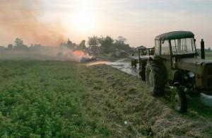 Rolnikowi udało się odczepić traktor od płonącego zestawu przyczep