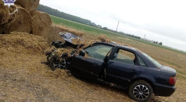Samochód uderzył w bele słomy, ranny kierowca audi