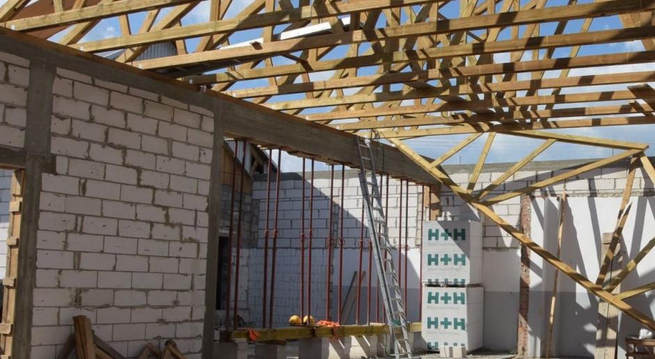 Nieszczęśliwy wypadek na budowie. Mężczyzna spadł z dachu