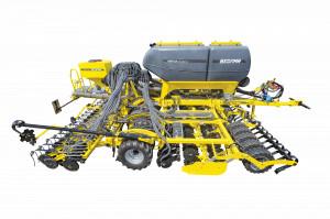 Najnowsza dostępna opcja w siewnikach wyposażonych w zbiornik nawozowy Omega OO_FL to możliwość zamontowania na maszynie dodatkowego zbiornika. Może on służyć do wysiewu mikrogranulatów lub też nasion np. koniczyny