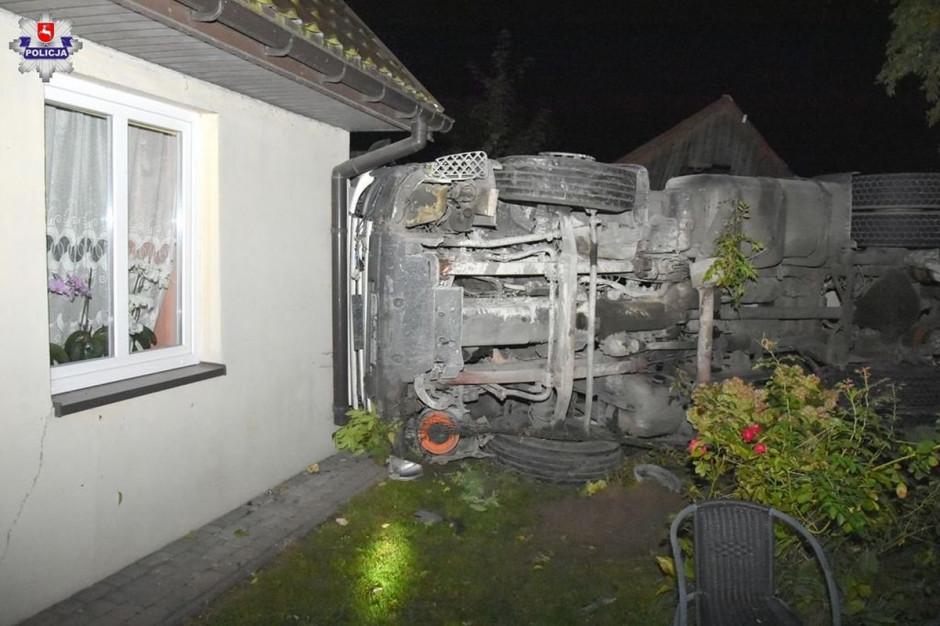 Przewrócona ciężarówka zniszczyła dwa domy, zdjęcia: Policja