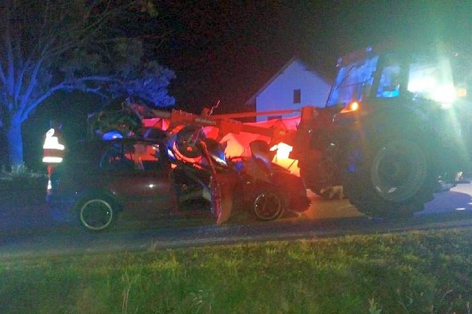 Samochód wbił się pod pług doczepiony do traktora, fot. Policja