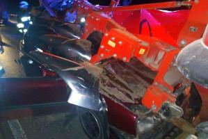 Wystające lemiesze wbiły się w karoserię i szybę auta