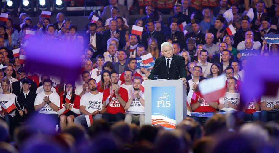 """J. Kaczyński przedstawił """"hattrick"""" wyborczy: podwyżkę płac, emerytur i równe dopłaty dla rolników"""