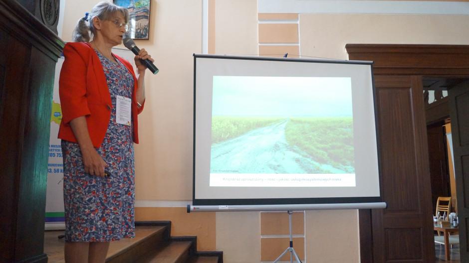 Dr Anna Kujawa omówiła jaka jest rola zielonej infrastruktury w krajobrazie rolniczym.