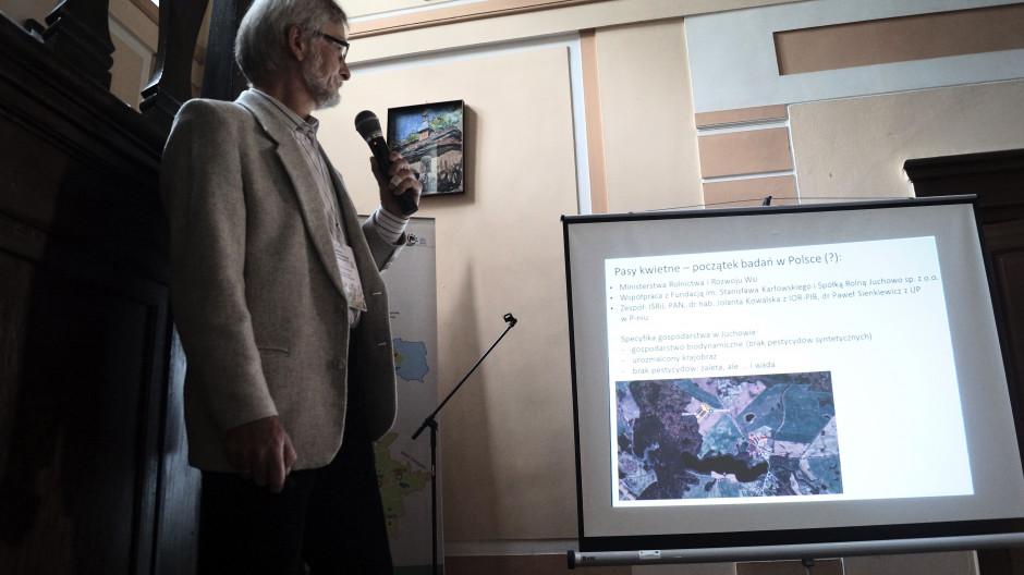 Dr hab. Krzysztof Kujawa przedstawił główne założenia badań w Juchowie.