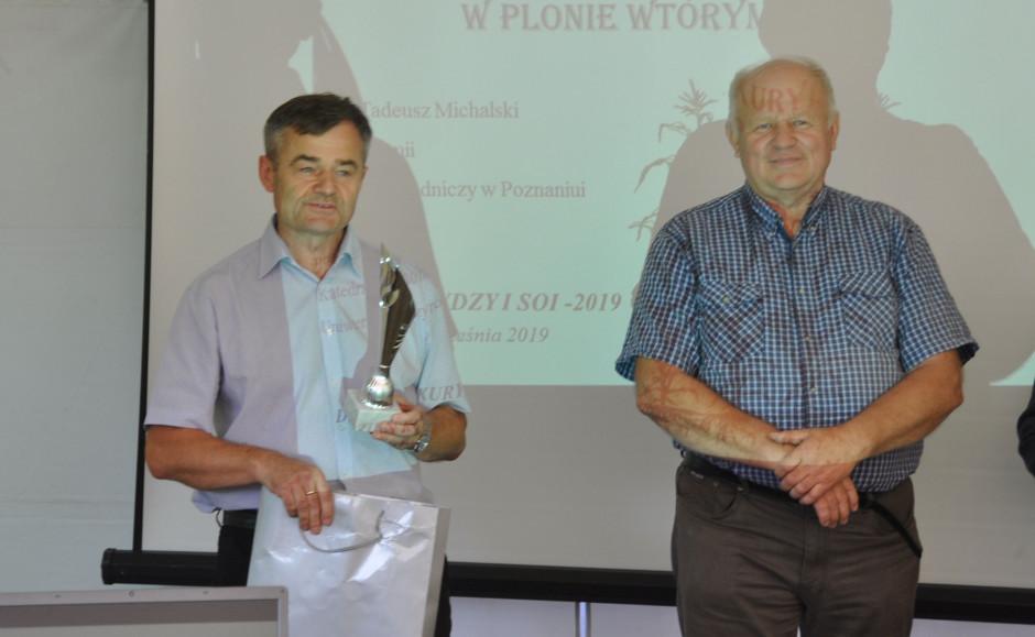 Prof. Jerzy Grabiński (po lewej) po odebraniu nagrody z rąk prezesa PZPRZ Stanisława Kacperczyka, fot. W. Konieczny