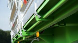 Skrzynia ładunkowa może być rozładowywana w trzech kierunkach. Na wszystkich burtach zastosowano precyzyjny system domykania