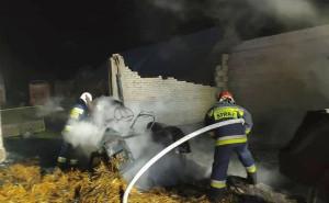 Ogień strawił również ciągnik stojący w budynku