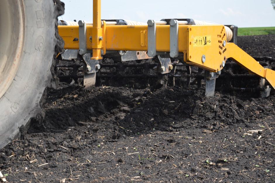 """Podczas pracy poprzeczne ostrza spulchniacza unoszą glebę znajdującą się nad nimi i powstaje tzw. """"efekt fali""""."""