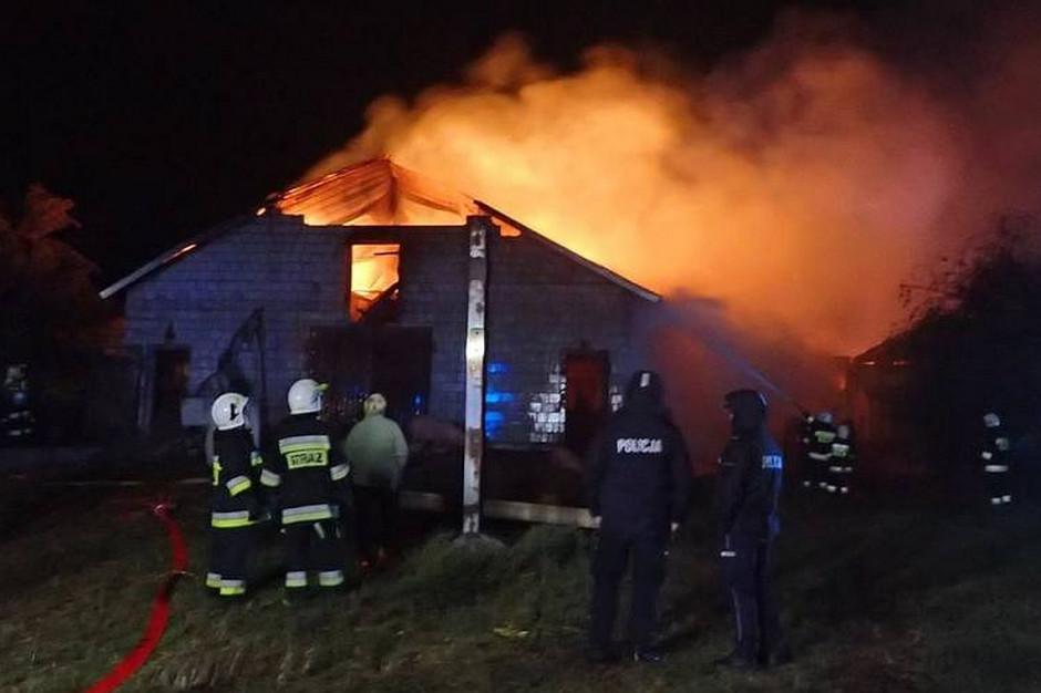 Pożar dostrzeżono około północy, niestety ogień szalał już wtedy w najlepsze, zdjęcia: PSP Grajewo