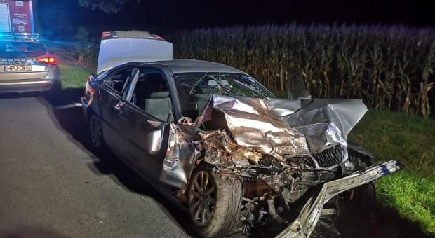 Kraksa z dwoma samochodami i ciągnikiem – zginęły dwie osoby