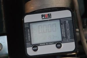 Wyzerowany licznik na zbiorniku mobilnym służącym do tankowania