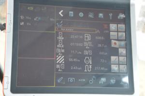 Komputer pokładowy ciągnika pokazał parametry pracy -  w ciągniku szerokość robocza pługa wynosiła 2,5m ( szerokość można wpisać tylko z jedną cyfrą po przecinku) w rzeczywistości pług miał szerokość roboczą  2,55m. Wszelkie obliczenia komputera pokładowego były więc liczone dla szerokości 2,5m. Zużycie paliwa na zdjęciu jest pokazane tylko dla czasu orki ( na uwrociach praca nie była liczona)