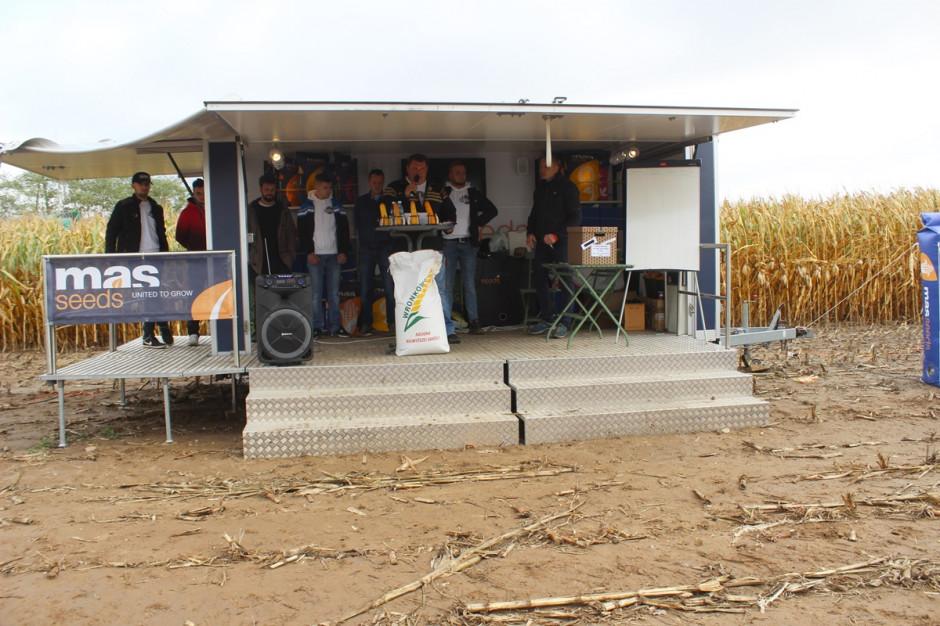 Krzysztof Kawczyński, rolnik ze wsi Józefków witający rolników przybyłych na zorganizowane na terenie jego gospodarstwa Dni Pola Kukurydzy Fot A. Kobus