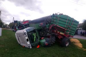 Rannym traktorzysta zajęła się załoga karetki pogotowia, fot. OSP Jordanów Śl.