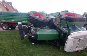 Ciągnik przewrócił się na bok wraz z kierowcą