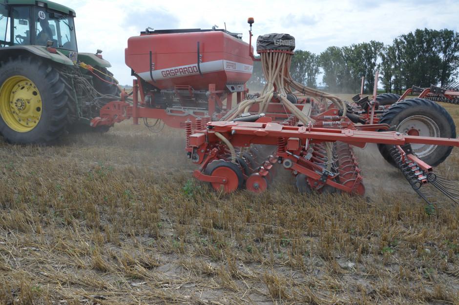 Siewnik Gaspardo Gigante o szerokości 6 m doskonale sprawdza się przy bezpośrednim siewie soi oraz pszenicy bezpośrednio po kukurydzy ...