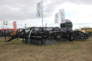 Agregat wielozadaniowy BWH 4,2 – ciekawa propozycja do uprawy bezorkowej, maksymalna głębokość pracy 30 cm. Prezentowany model waży 10 t a zapotrzebowanie na moc wynosi 250-300 KM