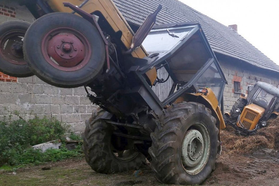 Policjanci wydostali rolnika z kabiny traktora, Foto: KPP Ostrzeszów