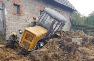 Drugi traktor przewrócił się na bok i jeszcze mocniej zakopał w oborniku