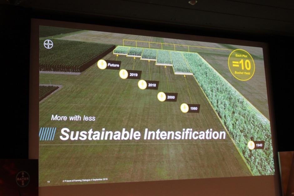 Tylko postęp w rolnictwie może wyżywić rosnącą populację ludzi. W porównaniu np. z 1940 r. dzięki postępowi w rolnictwie obecnie potrzeba ok. 10-krotnej mniejszej powierzchni pola na wyprodukowanie 10 buszli kukurydzy (czyli ok. 250 kg ziarna) Fot. A. Kobus