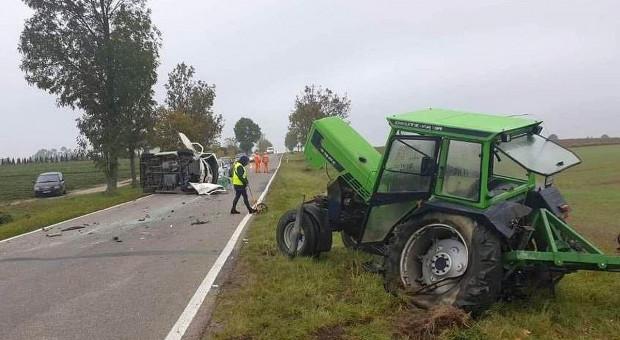 Zderzenie ciągnika rolniczego z samochodem dostawczym