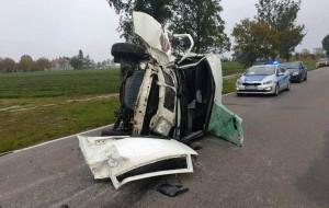 Volkswagen przewrócił się na bok w wyniku zderzenia