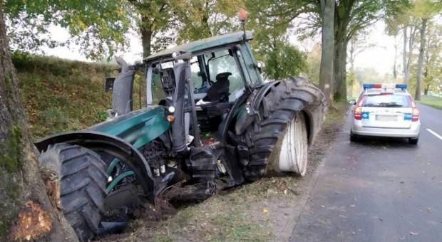 Kierowca ciągnika uderzył w drzewo. Winne zmęczenie