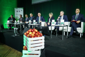 """Debatę inauguracyjną poprowadził Wojciech Denisiuk, redaktor naczelny """"Farmera"""", który wspólnie z zaproszonymi gośćmi próbował znaleźć odpowiedź na pytanie, jak może w przyszłości wyglądać polskie i europejskie rolnictwo, fot. M.Oleksy"""