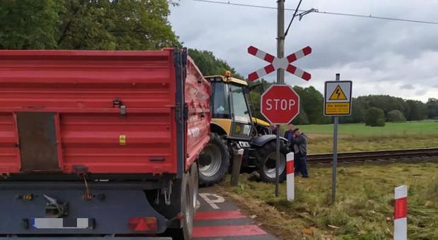 Ciągnik zderzył się z pociągiem, traktorzysta w szpitalu
