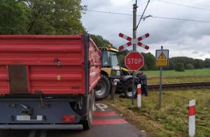 Traktor ciągnący przyczepę znalazł się na torach przed nadjeżdżającym pociągiem, zdjęcia: OSP Jaworzno