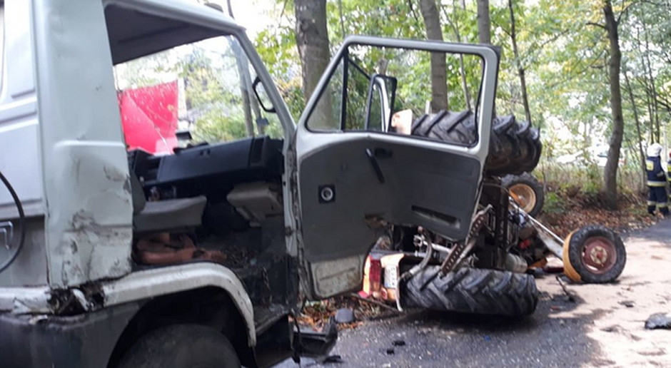 Ciężarówka wjechała w linę holowniczą między dwoma traktorami