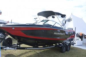 Lubiących szybko poruszać się po wodzie z pewnością zainteresuje łódź motorowa Master Craft X24.