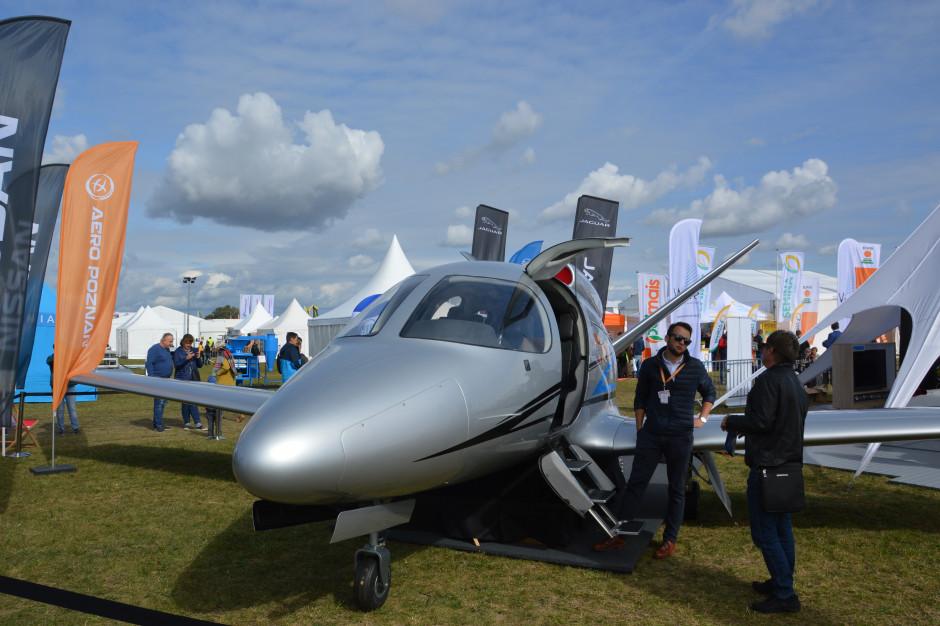 Pojazdy latające na Agro Show reprezentował samolot odrzutowy Vision SF 50.