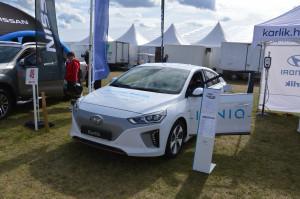 Lubiących nowości zainteresował z pewnością hybrydowy Hyundai IONIQ. Auto ma zarówno silnik spalinowy jak i silnik elektryczny pod maską.