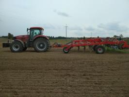 Na ciężkich, mazurskich glebach, na jakich gospodaruje Krzysztof Strulis, do poprawnej pracy agregatu przy uprawie głębokiej konieczny jest ciągnik o mocy 250 KM