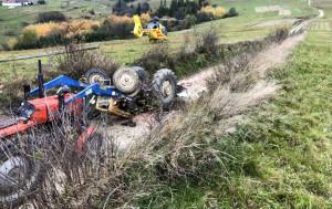 Wywrócony ciągnik podnieśli strażacy i okoliczni rolnicy, Foto: OSP Jabłonka