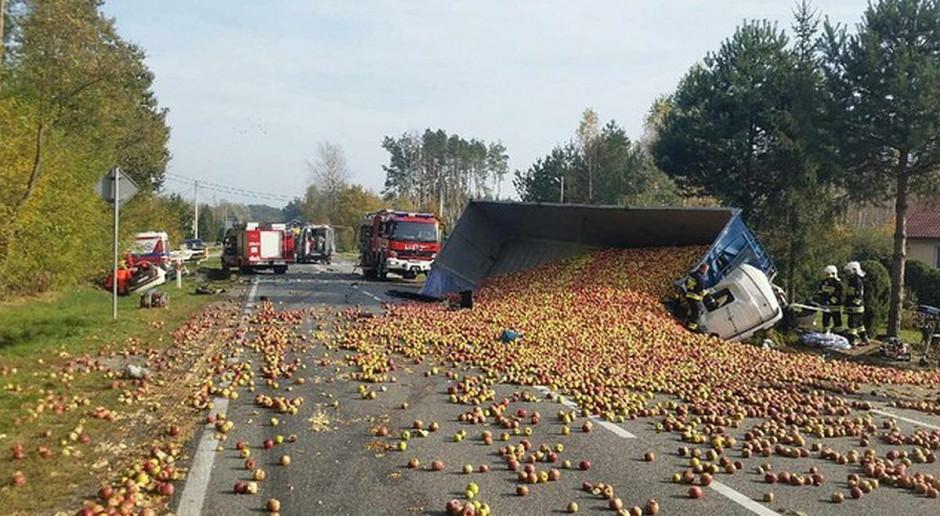 Zderzenie auta z ciężarówką wiozącą jabłka. Poszkodowani obaj kierowcy.