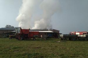 Na szczęście strażakom udało się ocalić maszyny i sprzęt rolniczy