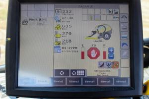 Dotykowy ekran o średnicy 10 cali daje możliwość ustawienia właściwie wszystkich parametrów pracy maszyny. Wadą kolorowego monitora jest słaba widoczność w słońcu