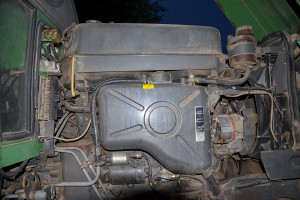 Oddzielny zbiornik na olej do obsługi narzędzi to ewenement w kompaktowym ciągniku produkowanym na początku lat 90.